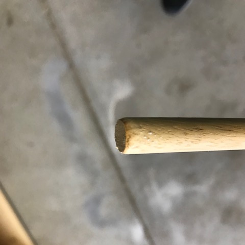 丸棒の先をトンカチで丸める