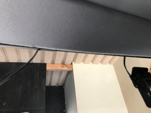 配線を天井裏に押し込んでいく