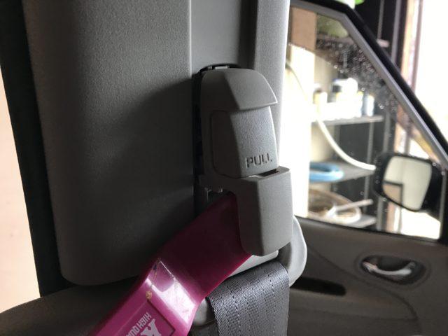 シートベルトのカバーを外す