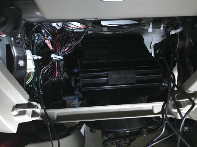 グローブボックス裏で余剰配線を処理