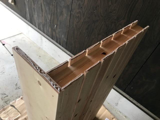 木工用ボンドと木ネジで固定