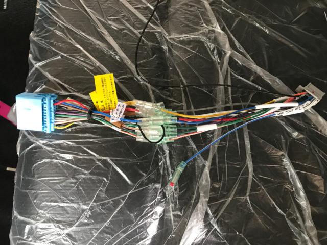カーナビの電源配線と取付キットを接続