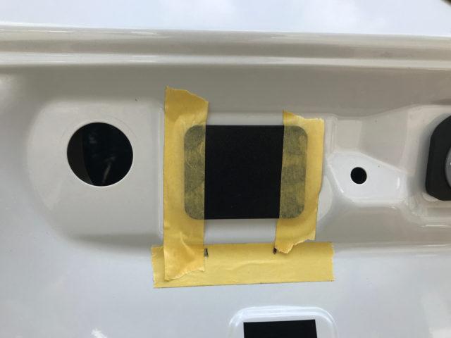 バックカメラの取り付け位置をマスキングテープで